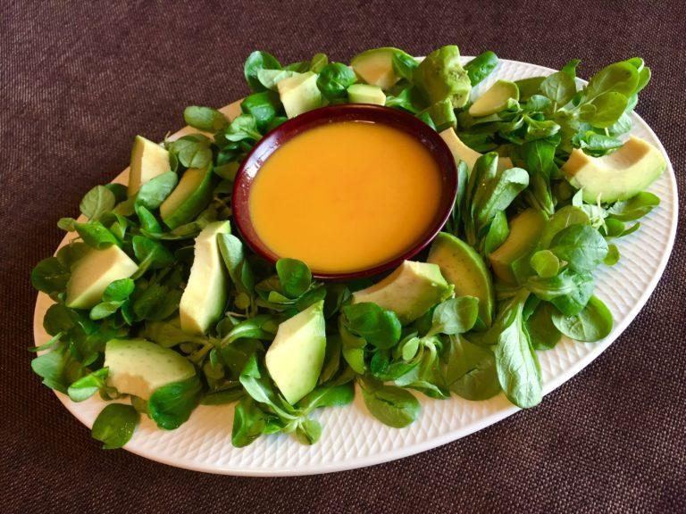 Sałata z sosem marchewkowo-pomarańczowym